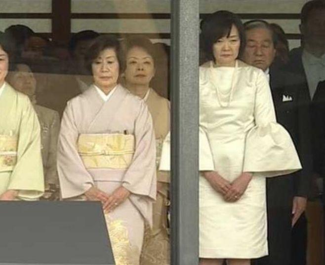 安倍昭恵夫人の服装がマナー違反でダサい?即位礼正殿の儀で着た